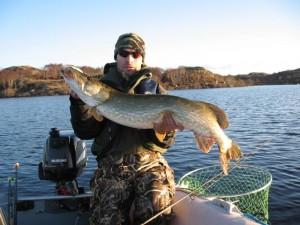 Jacek ze szczupakiem złowionym na Jeziorze Cullin