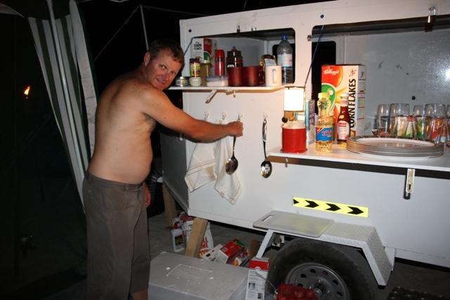 Obozowa kuchnia - Oman - Ras Madrakah - Morze Arabskie - wyprawy wędkarskie - www.przewodnicywedkarscy.pl