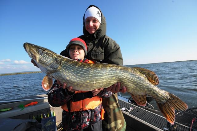 Wojtuś z dużym szczupakiem - www.przewodnicywedkarscy.pl - Wyprawy na ryby
